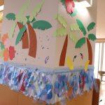 やしの木やサンゴの飾り付けをしている壁の写真