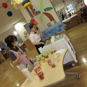 職員が店員に変装してお茶を用意している写真