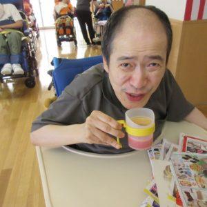 スイカのジュースを飲む利用者さんの写真