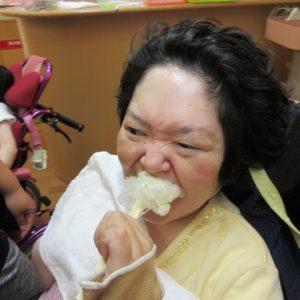 嬉しそうにわたがしを食べている利用者さんの写真