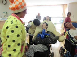 ピエロさんと車椅子に座った利用者さんの写真