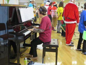 ピアノを弾きながら歌っている方の写真