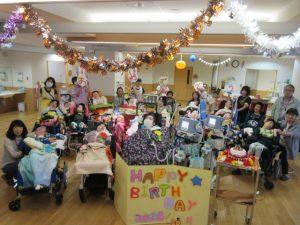 病棟でみんなでお祝いしている写真
