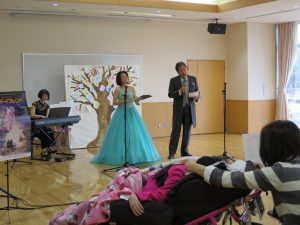 ステージに立つ二人の歌手の写真