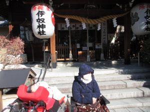 神社の階段の下で並ぶ二人の利用者さんの写真
