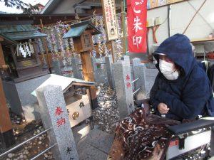 神社のお参りをする場所にいる利用者さんの写真