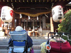 神社のお参りの真正面に並ぶ二人の利用者の写真
