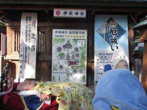 神社の前で二人並ぶ利用者さんの写真