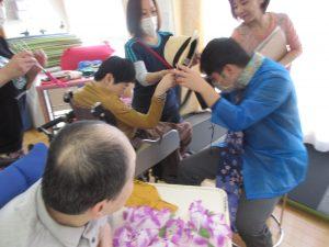 利用者さんが手を合わせてゲームをしている写真