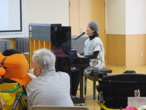 シンガーの女性がピアノを弾いている写真