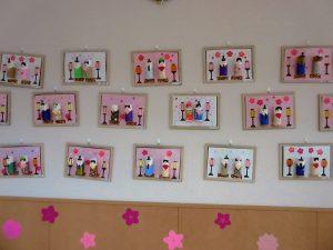 紙で作ったひな人形がたくさん飾ってある写真