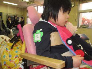 教室の中で座る横顔の利用者さんの写真