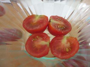 お皿の上に収穫したミニトマトがのっています