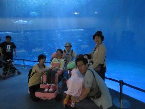 大きな水槽の前で利用者さんとご家族さんが並んでいる写真