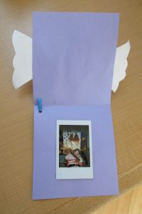 カードを開くと、中には利用者さんの写真が貼ってある様子