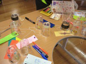 短冊と風鈴の材料が机の上に置いてある様子