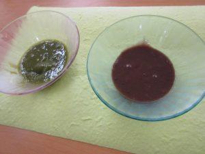 2つのお皿に抹茶とココア色のういろうを液状にしたものが入っている写真