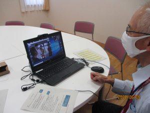 机の上のパソコンを操作しているスタッフの写真