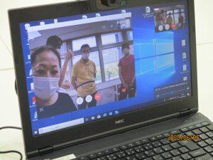 パソコンの画面に2階のスタッフが数人映っている様子