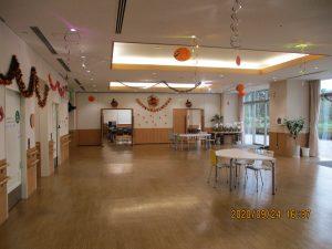 交流ホールにハロウィンの飾りがたくさんある様子