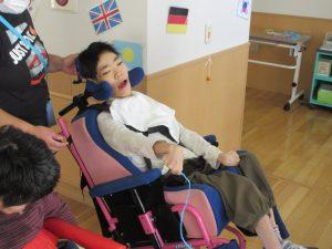 別の利用者さんが車椅子に乗って紐を手にとっている様子
