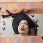 ハロウィンの飾りをつけてもらった利用者さんの様子