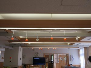 天井にオレンジの飾りがぶら下がっている様子