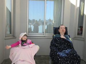 外で車椅子に座った二人の利用者さんの様子