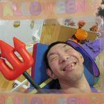 ハロウィンの飾りつけをしてもらった利用者さんの様子尾