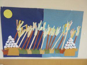 壁に月見団子とススキの貼り絵