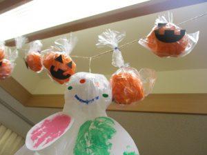 かわいいうさぎやオレンジのかぼちゃの飾りが壁に飾り付けてある様子