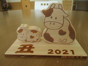 木製の牛の親子の置物の画像