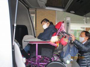 車椅子に乗った利用者さんが車に乗っていく様子