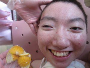 お顔の横にゆずをおいた利用者さんの笑顔の写真
