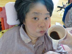 車椅子に乗った女性の利用者さんとカップに入ったおしるこが写った様子