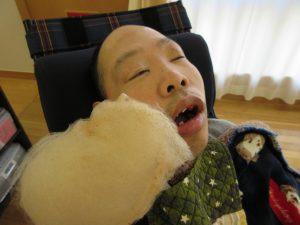 綿菓子と一緒に写る利用者さん