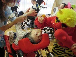 赤鬼と車椅子でのけぞった利用者さんの写真