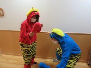 赤鬼と青鬼の着ぐるみを着たスタッフが2人