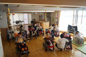 デイルームに利用者さんが複数車椅子で集まっている様子