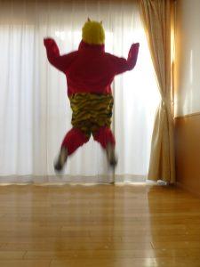 赤鬼がジャンプしている様子