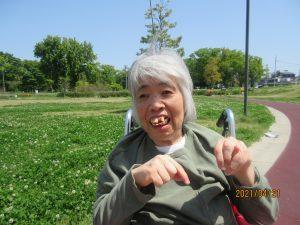 公園にいる利用者さんが笑顔でみえる様子
