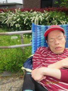 赤い帽子をかぶった車椅子に乗った男性の利用者さんの様子