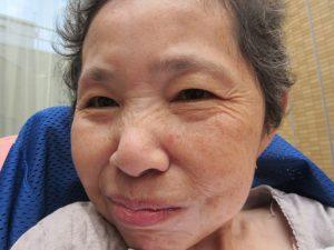女性の利用者さんの笑顔の写真