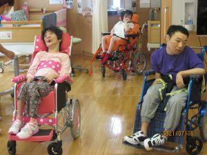 車椅子に乗った女性の利用者さんと車椅子に乗った男性の利用者さんが並んでいる様子