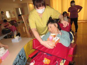 黄色の服を着たスタッフと一緒にいる女性の利用者さん