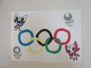 手作りのオリンピックの飾りの様子
