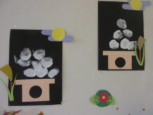 壁に色紙で作ったお月見用のお団子が飾ってある様子